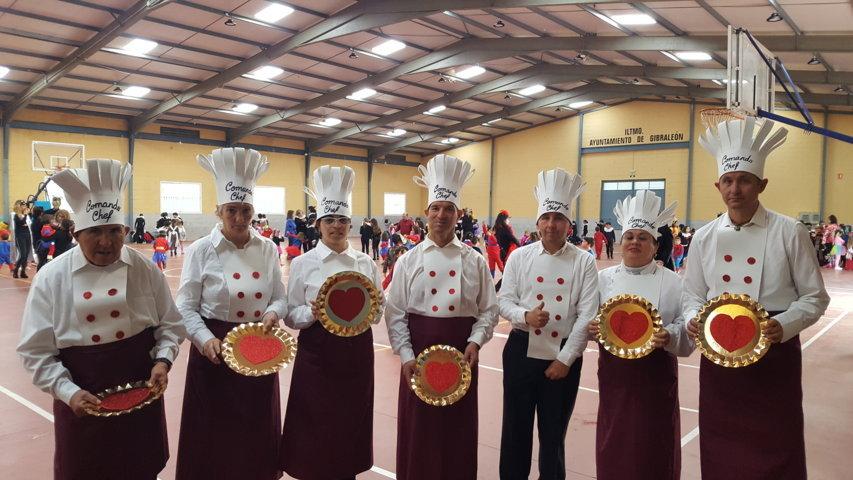La chirigota 'Comando Chef', del Centro Ocupacional El Cristo Roto, actuó en la fiesta de Carnaval del Colegio 'Cervantes' de Gibraleón