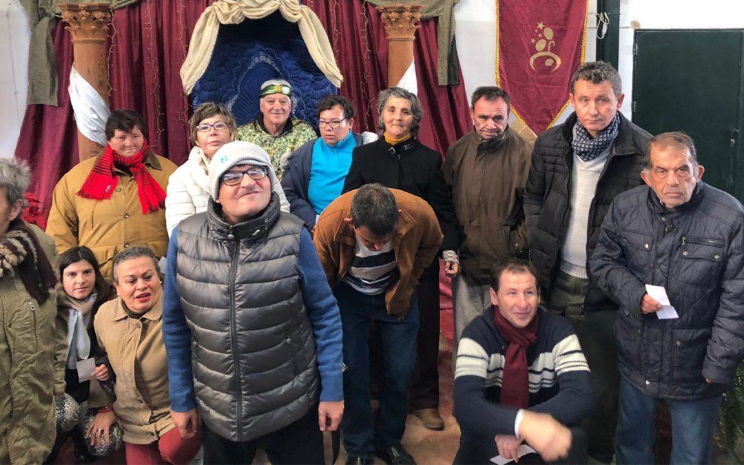 Visita de los alumnos del Centro Ocupacional 'El Cristo Roto' al Belén Viviente de Beas, que este año cumple su cincuenta aniversario